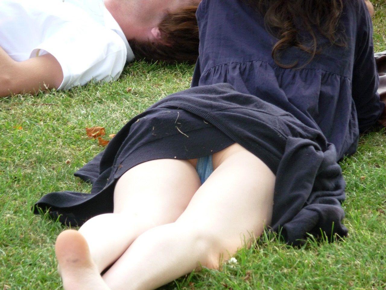 寝転びパンチラ,エロ画像【2】