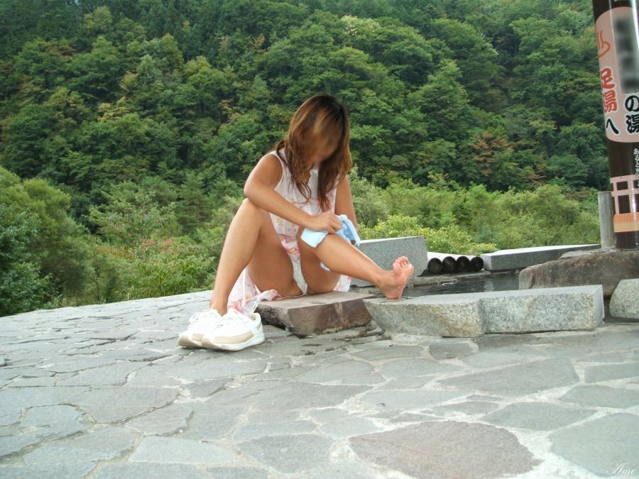 足湯でパンツ見えてる女の子多すぎわろたwww
