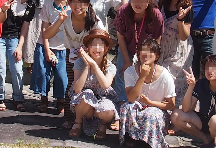 【集合写真】最前列でパンツ丸出しの女って何なの?ワザとなの?