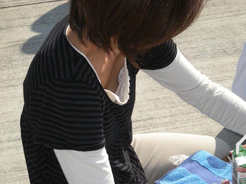 乳首,ブラジャー,胸元,ゆるゆる,胸チラ,エロ画像【13】