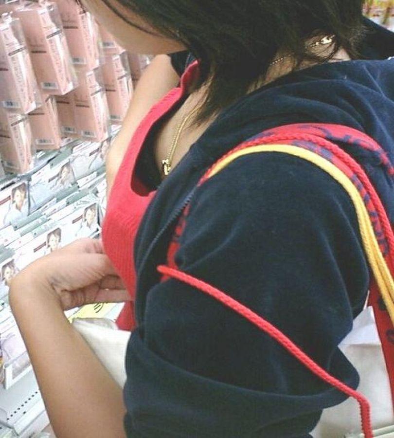 乳首,ブラジャー,胸元,ゆるゆる,胸チラ,エロ画像【14】