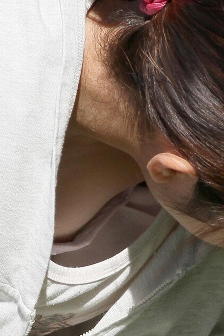 乳首,ブラジャー,胸元,ゆるゆる,胸チラ,エロ画像【27】