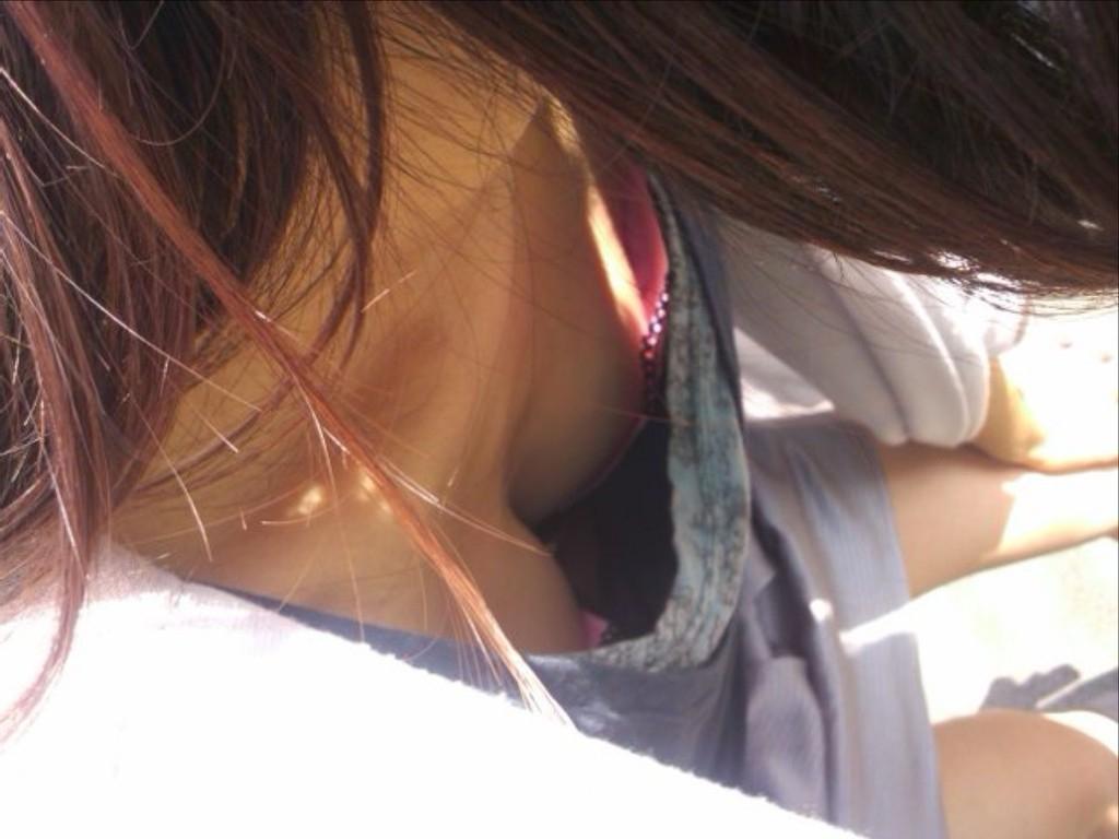 乳首,ブラジャー,胸元,ゆるゆる,胸チラ,エロ画像【40】