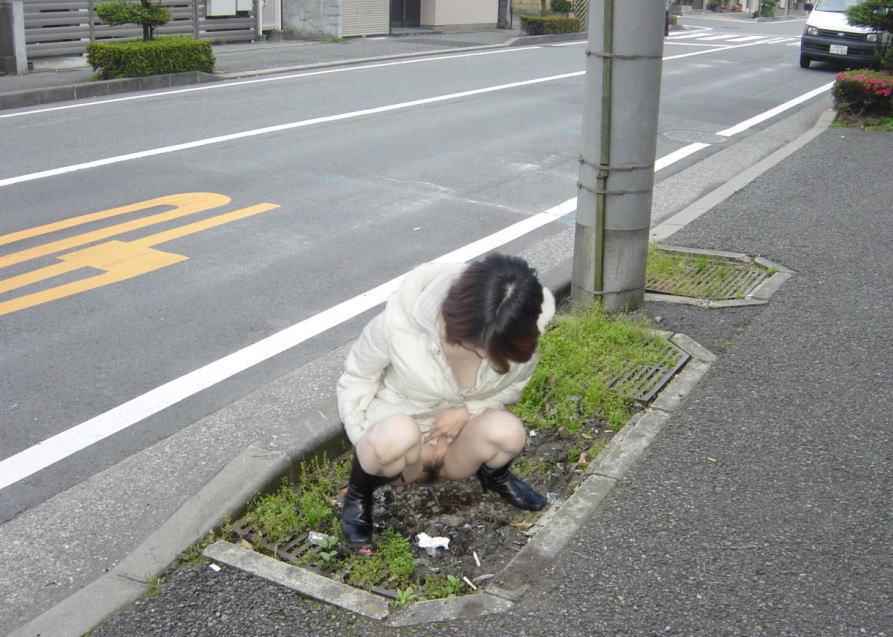森 草むら おしっこ 野外放尿 エロ画像