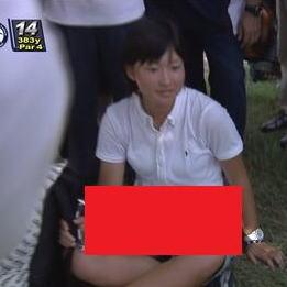 【衝撃画像】 女性の下半身が・・・!フジテレビ中継のゴルフで大変な事が起こった