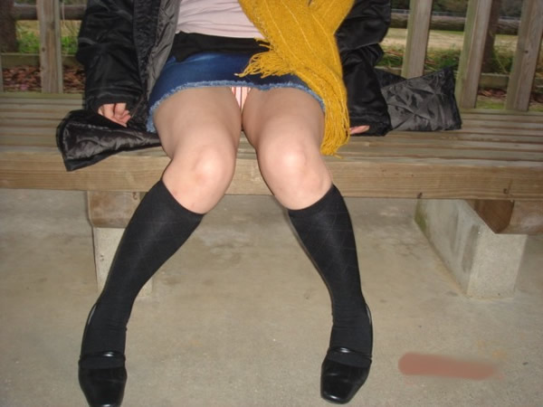 街で遭遇したらガン見してしまう素人お姉さんの座りパンチラ画像