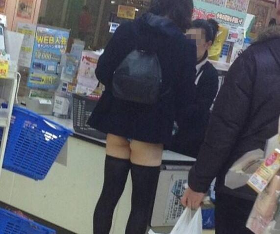 スカートが短すぎてパンツ出てる女子学生wwwww 画像あり