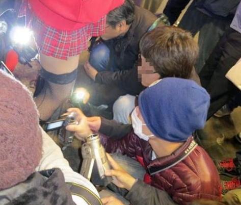 盗撮で逮捕しろ!イベントでスカートの中を撮影するカメラ小僧たち(`・ω・´)