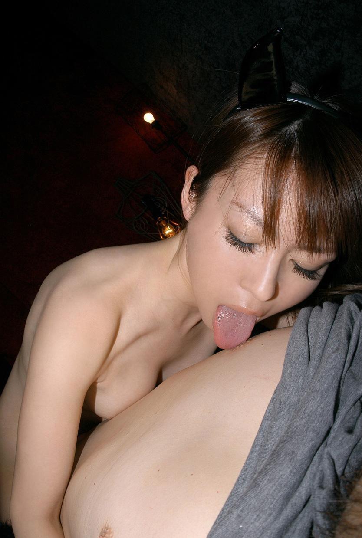 【美人限定】男の乳首を舐める女のエロ画像【13】