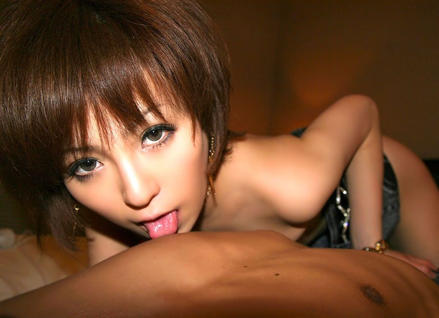 【美人限定】男の乳首を舐める女のエロ画像【14】