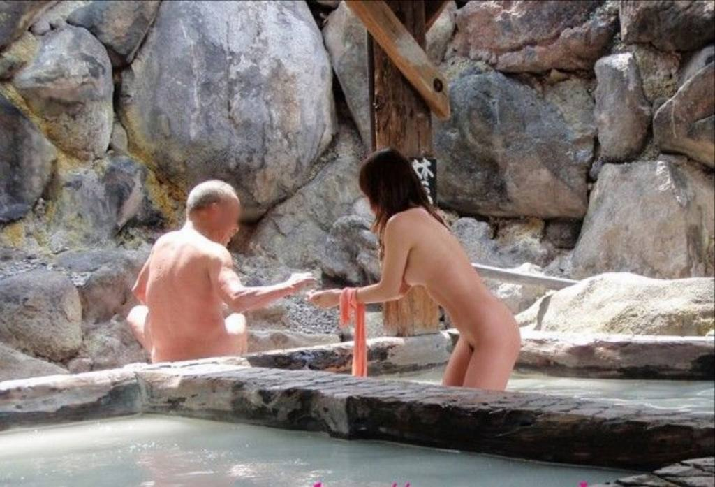 素人混浴露天風呂エロ画像!「知らない男女が一緒に温泉入るって問題無しなの??」【6】