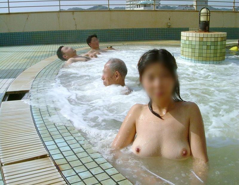 素人混浴露天風呂エロ画像!「知らない男女が一緒に温泉入るって問題無しなの??」【8】