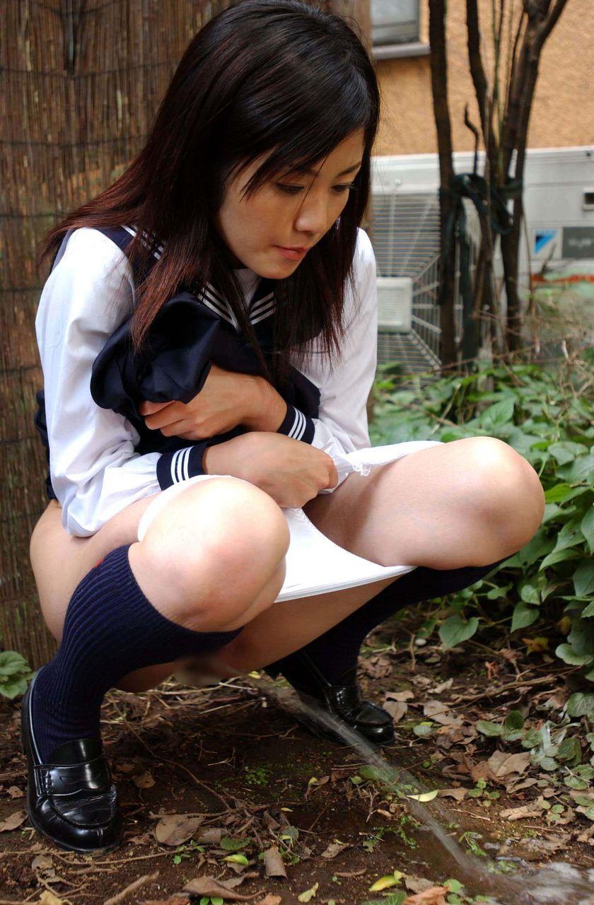 屋外で放尿まんこ丸見え無修正画像 女子のおしっこが勢い良く飛び出している放尿画像【16】