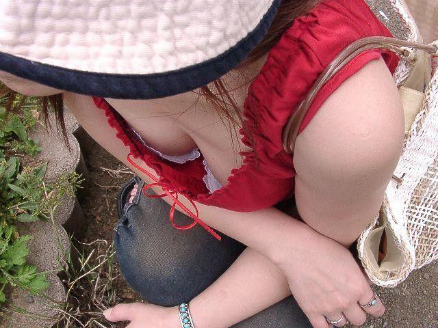 上から降り注ぐエロい眼差しに全く気が付いていない無防備な胸チラ画像【12】