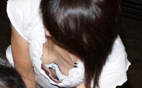 上から降り注ぐエロい眼差しに全く気が付いていない無防備な胸チラ画像【18】
