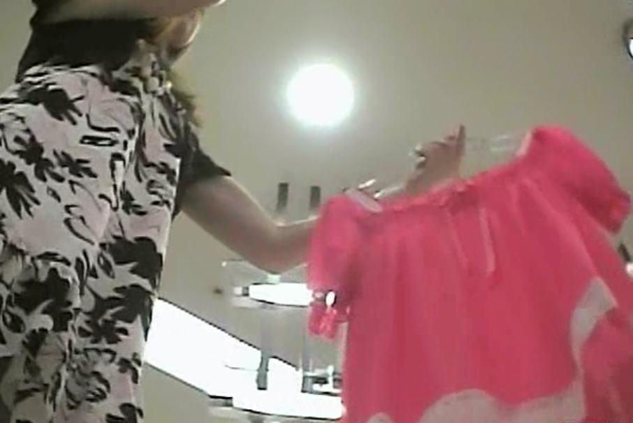 ショップ店員の逆さ撮りパンチラを見ながら聞く商品説明がクソエロい【9】