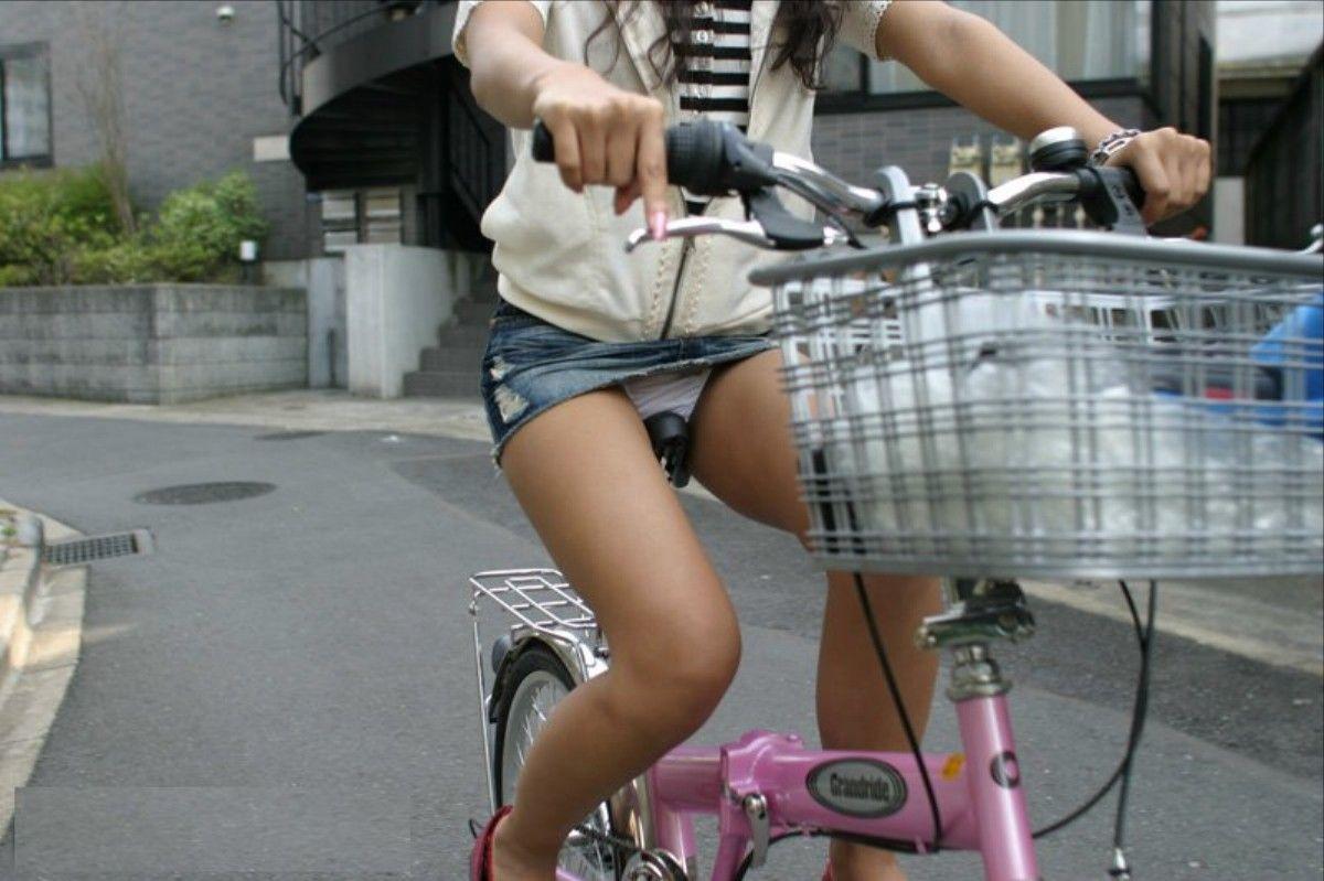 自転車パンチラエロ画像!パンツ一枚事故のもと!マジで!