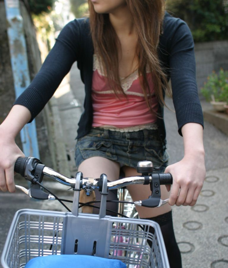 自転車パンチラエロ画像!パンツ一枚事故のもと!マジで!【5】