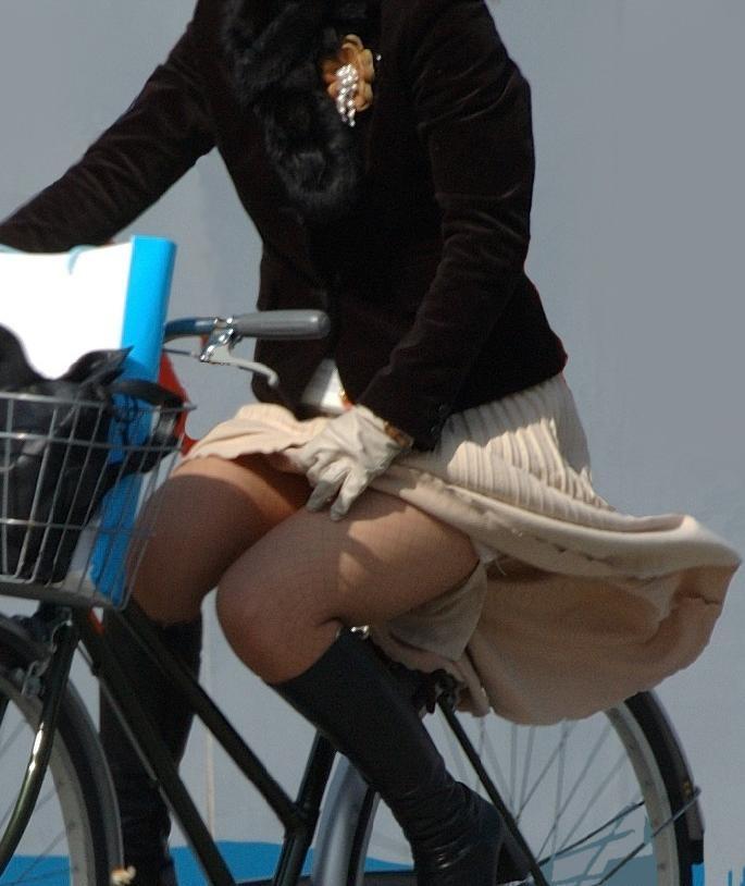 自転車パンチラエロ画像!パンツ一枚事故のもと!マジで!【12】