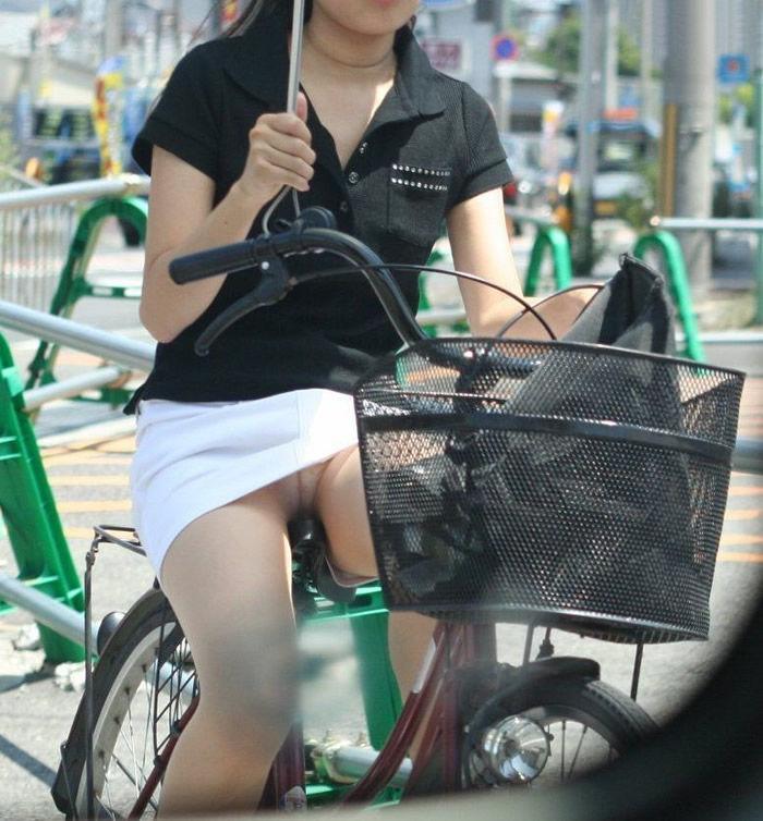 自転車パンチラエロ画像!パンツ一枚事故のもと!マジで!【20】
