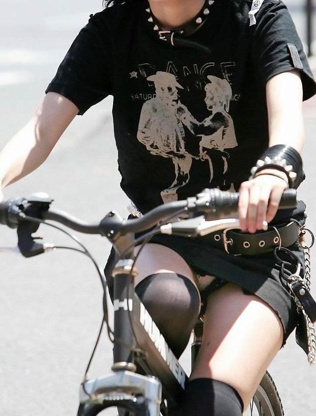 自転車パンチラエロ画像!パンツ一枚事故のもと!マジで!【21】