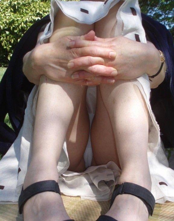 【無防備】股間ガラ空き!座りパンチラエロ画像【4】