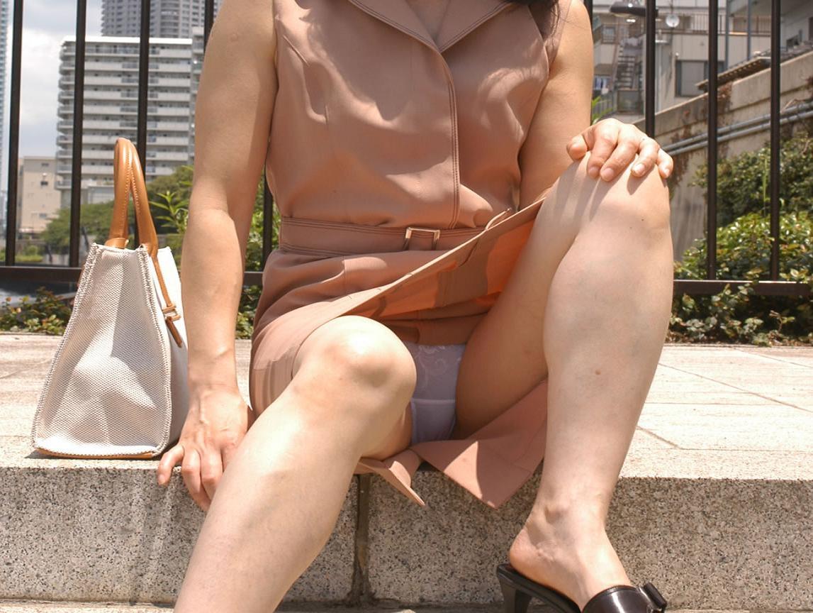 【無防備】股間ガラ空き!座りパンチラエロ画像【5】
