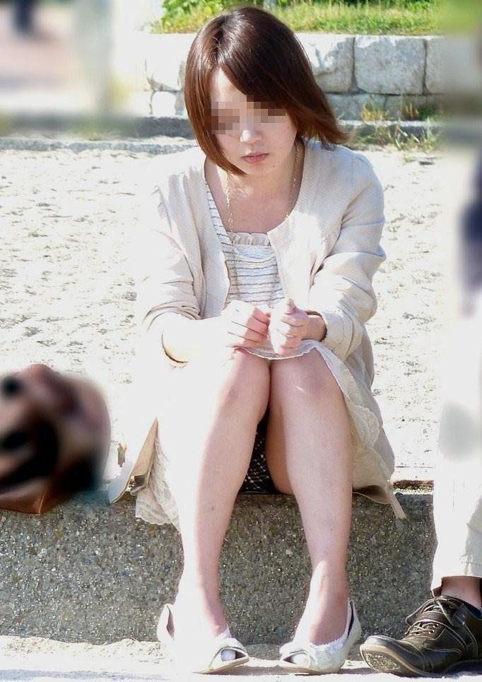 【無防備】股間ガラ空き!座りパンチラエロ画像【17】