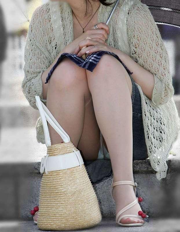 【無防備】股間ガラ空き!座りパンチラエロ画像【25】