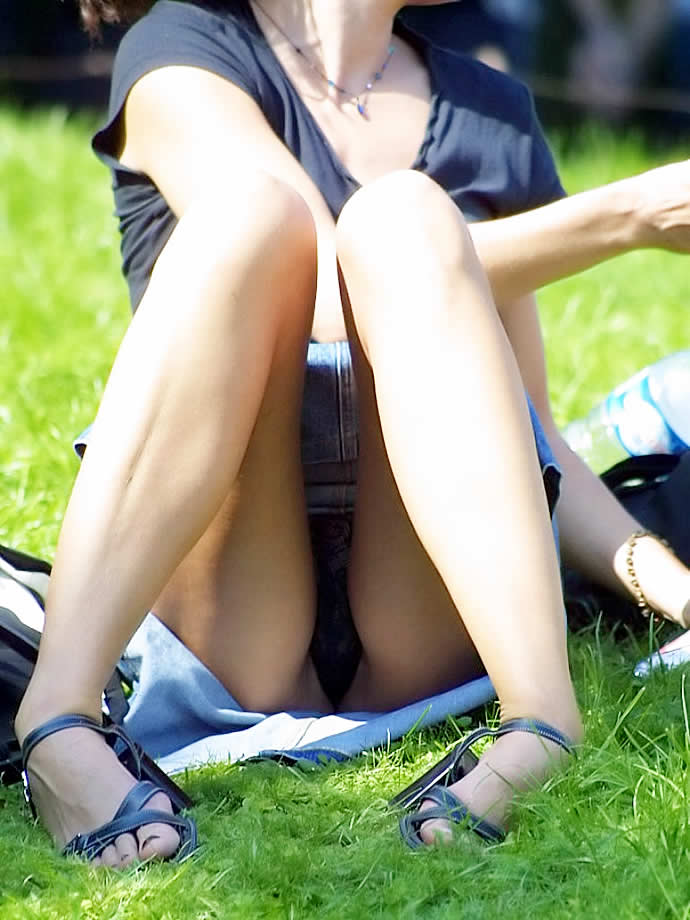 【無防備】股間ガラ空き!座りパンチラエロ画像【26】