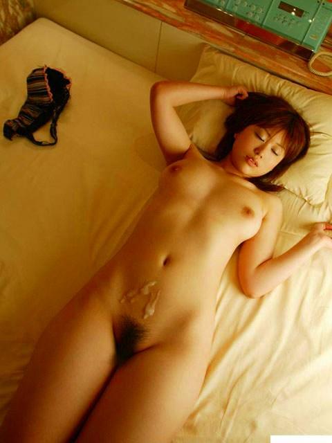 セックス終了後に精子やティッシュとコラボしている女性のエロ画像【2】